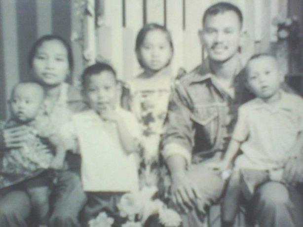 Dari kiri ke kanan: Ibu Monika Sri Kartati sedang memangku Laurentia Layland Dewi Setiyati, Bambang Prasetyo, Cicilia Nuning Widiyanti, Bapak Ignatius M. Soepono (Alm.) sedang memangku Widiyanto.